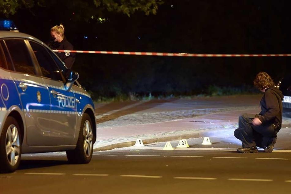 Die Polizei sichert an einem Tatort Spuren (Symbolbild).