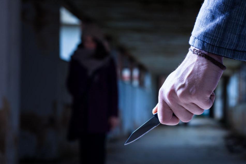 Junge Frau mit Messer bedroht: Polizei sucht Zeugen