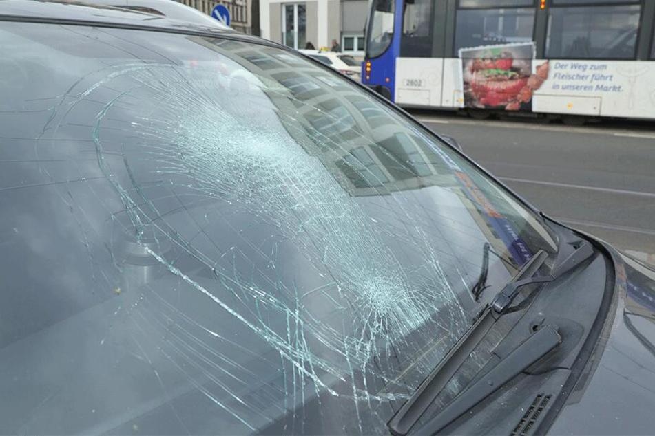 Die Scheibe des Avensis nach dem Unfall.