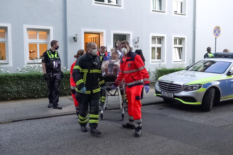 Der verletzte Mann wird abtransportiert.