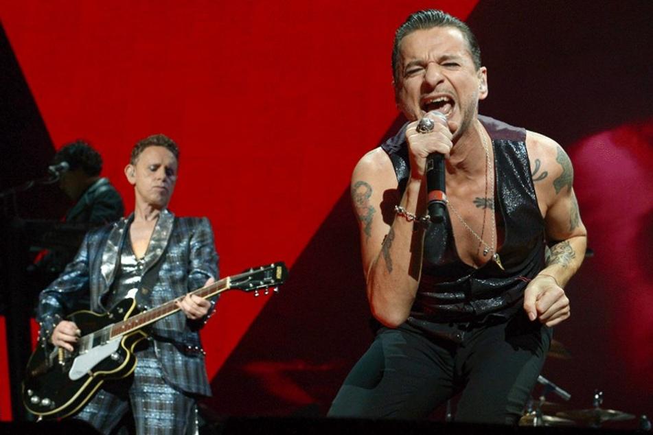 Der Sänger von Depeche Mode, Dave Gahan (r), und Gittartist Martin Gore bei dem Berliner Konzert am 25.11.2013.