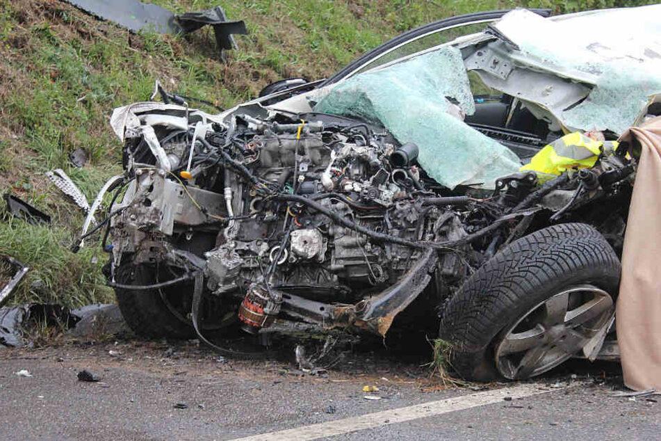 Der völlig zerstörte Mazda: Für den Fahrer kam jede Hilfe zu spät.