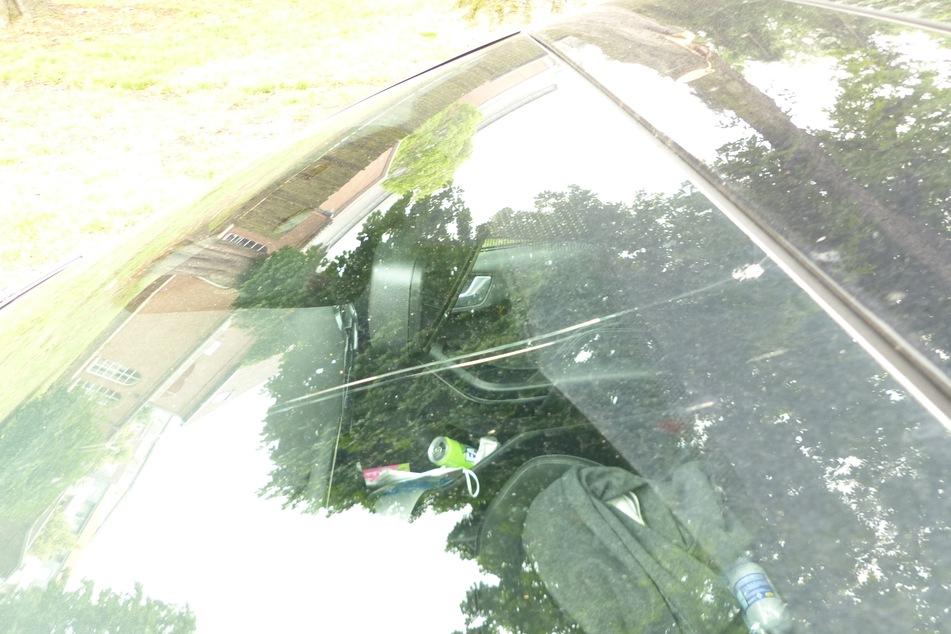 Der Schaden an der Windschutzscheibe blieb überschaubar. Das 26-jährige Opfer kam mit einem Schock davon.