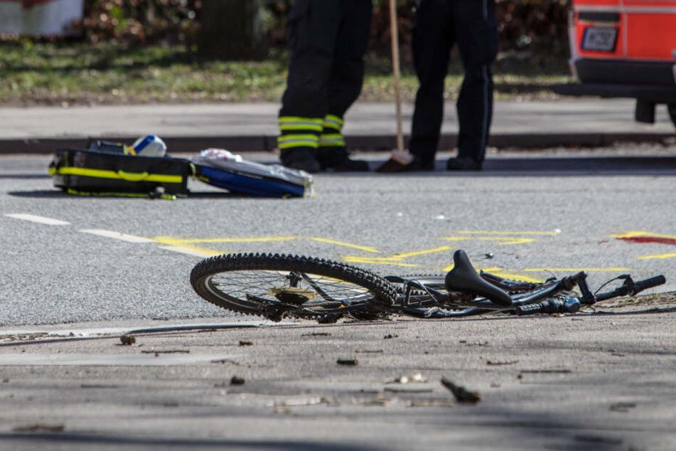 Tödlicher Unfall: Laster überrollt Radfahrer beim Rechtsabbiegen