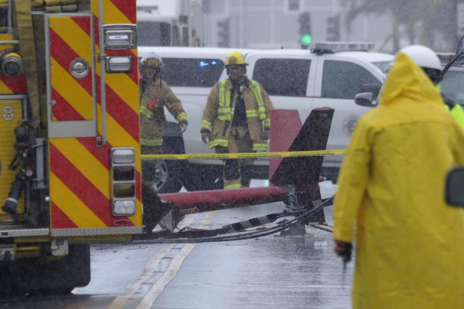 Rettungskräfte sind nach dem Absturz eines Rundflug-Hubschraubers im Einsatz.