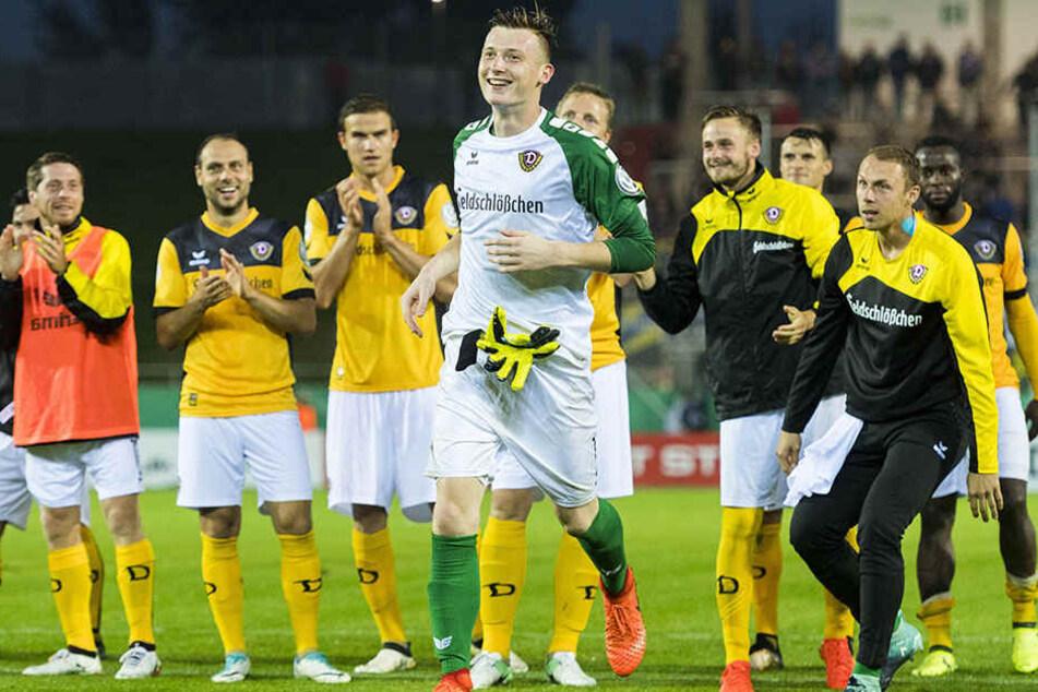 Markus Schubert (M.), der gefeierte Pokal-Held! Die Mitspieler des Dynamo-Torhüters wussten genau, bei wem sie sich nach 3:2-Erfolg gegen die TuS Koblenz bedanken mussten.