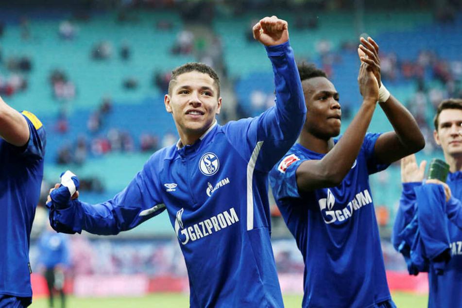 Amine Harit (l., 1 Tor, 1 Vorlage), Rabbi Matondo (1 Tor) und der Rest der Schalker Mannschaft ließen sich vom vollen Fanblock feiern.
