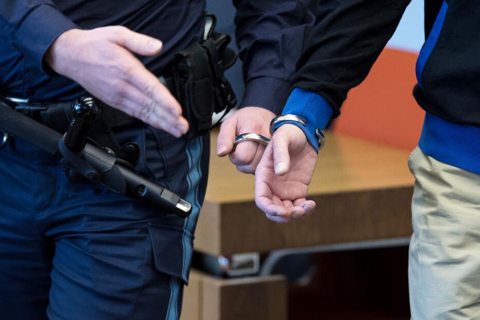 Der Angeklagte wurde bislang stets in Handschellen in den Gerichtssaal geführt.