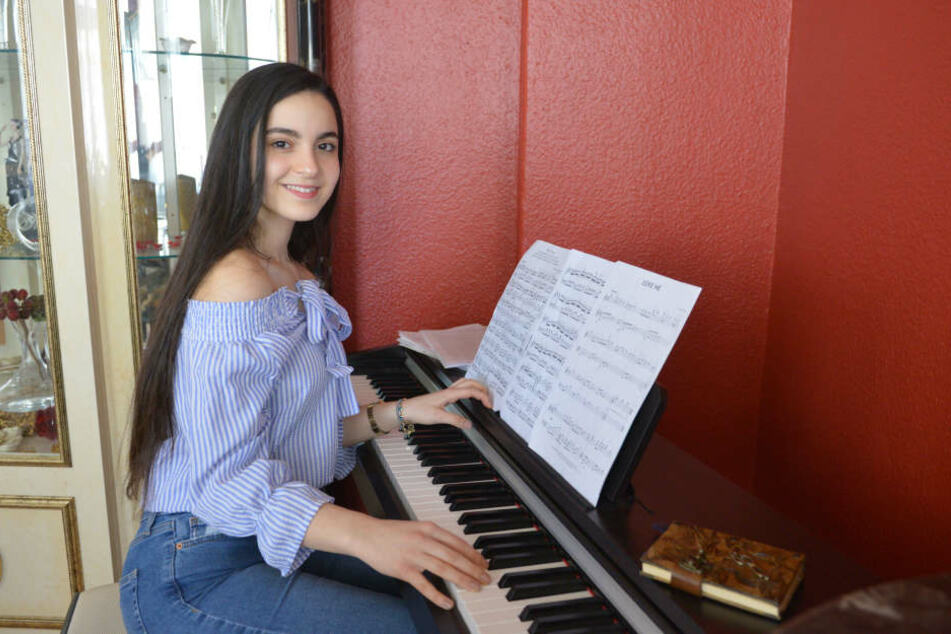 Selina übt fleißig am Klavier.