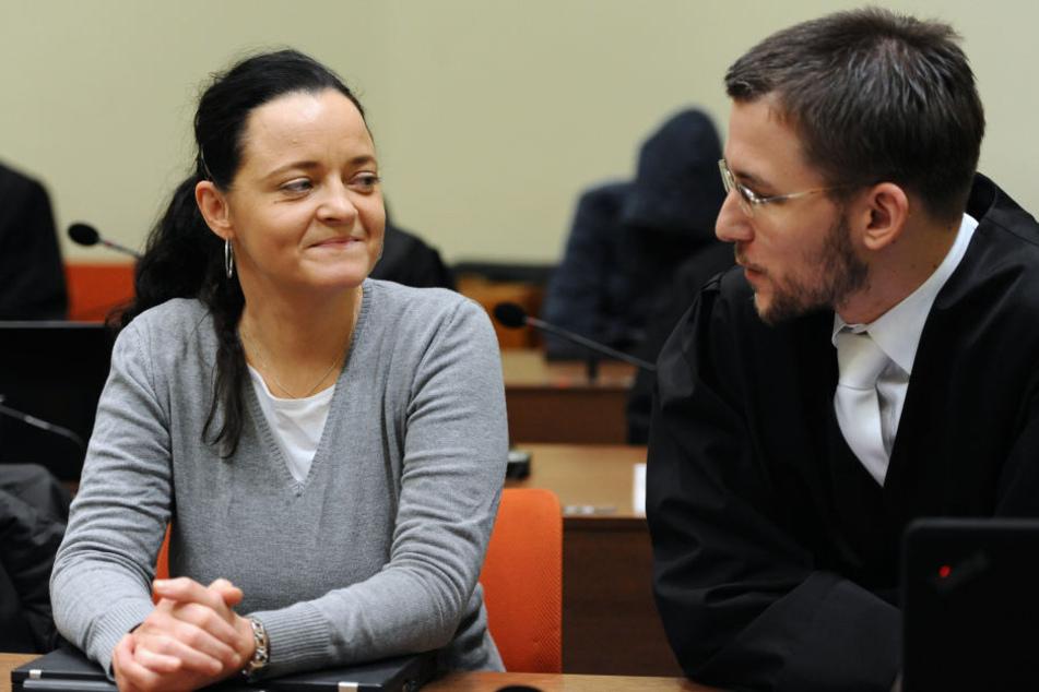 Die Angeklagte Beate Zschäpe neben ihrem Anwalt Mathias Grasel.