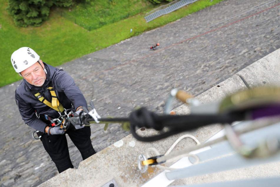 Thorsten Lermer (54), Chef einer Chemnitzer Firma für Höhenarbeit, seilt sich  an der Staumauer der Talsperre Werda ab, entfernt Laub, Moos, Gräser und  Baumsprösslinge aus den Fugen.