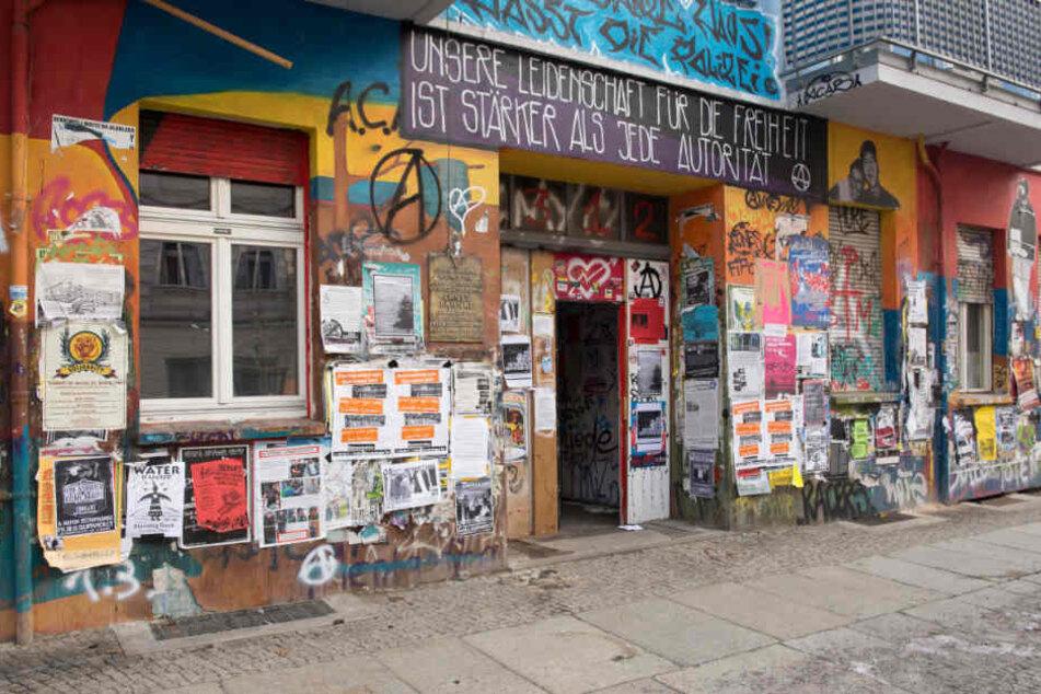 """Bunt bemalt und mit Plakaten beklebt ist am das Haus Nr. 94 in der Rigaer Straße. Dort befindet sich die Autonomen-Kneipe """"Kadterschmiede""""."""