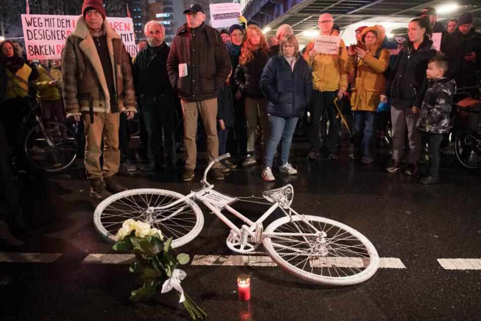 Eine Rentnerin kam Anfang Januar am Kottbusser Tor bei einem Abbiegeunfall mit einem Lkw ums Leben.