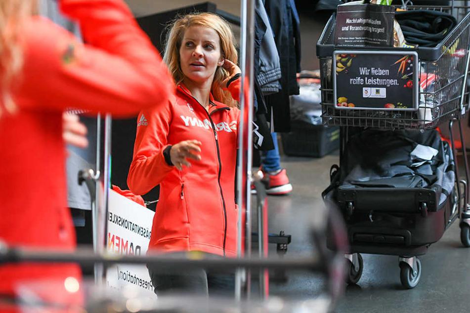 Die Snowboarderin Silvia Mittermüller beim Blick auf die diesjährige Olympia-Kleidung. Ob die Spiele bald in Köln und Umgebung stattfinden, ist noch offen.