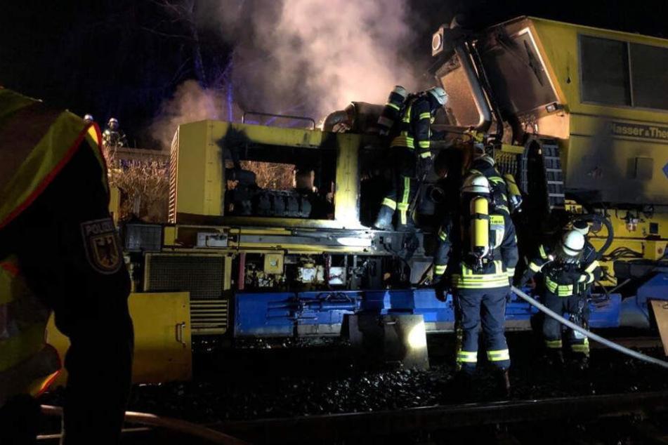 Baumaschine gerät bei Gleisarbeiten in Brand: Streckensperrung!