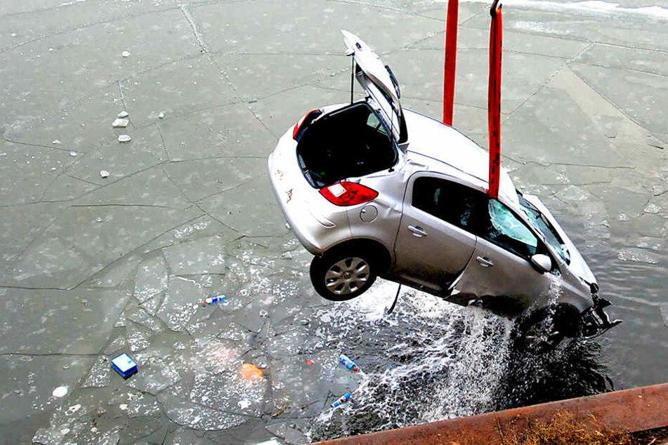 Das Auto durchbrach ein Metallgeländer und stürzte fünf Meter in die Tiefe.
