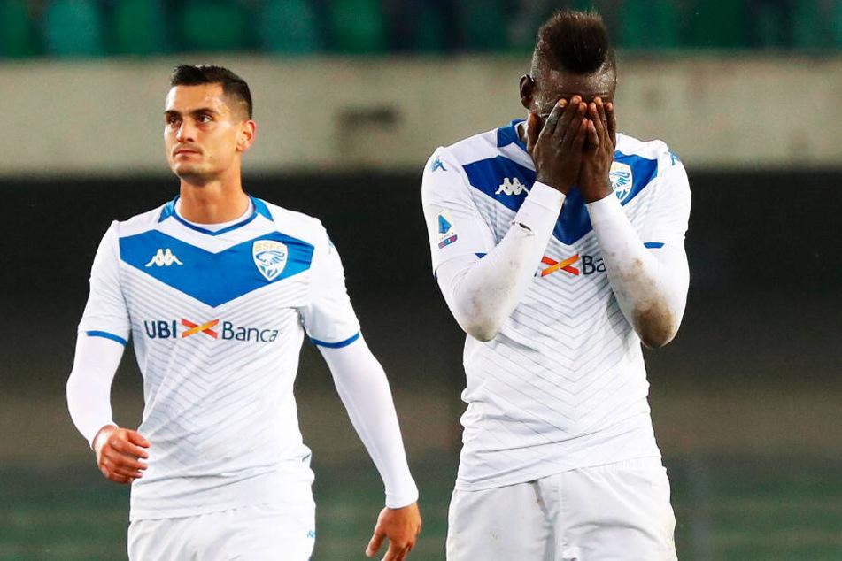 Mario Balotelli (r.) sorgte bei Brescia Calcio für Ärger und wurde aus dem Kader gestrichen.