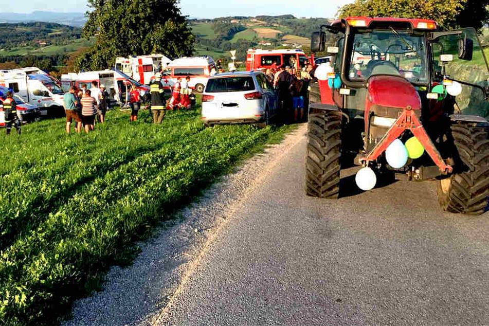 Vermutlich fuhr der Traktor in eine Rechtskurve zu schnell, schleuderte beziehungsweise drückte die Frauen gegen eine Steinmauer.