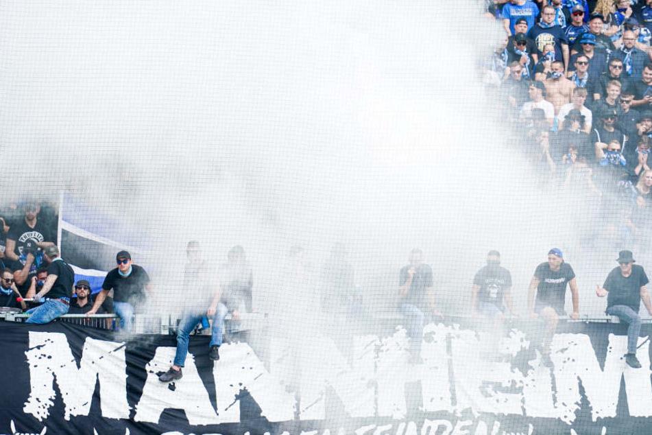 In Kaiserslautern: Fans vom SV Waldhof stehen im Rauch auf der Gästetribüne.