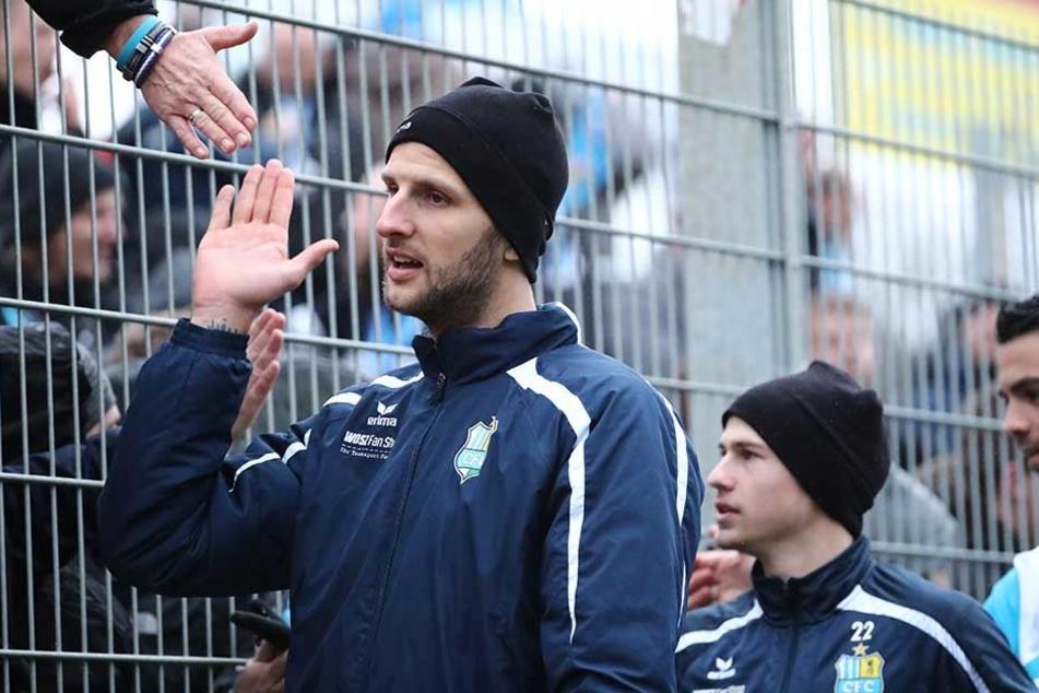 Dejan Bozic (l.) klatscht mit den CFC-Fans ab. Wenn der Torjäger funktioniert, gehen die Himmelblauen meist als Sieger vom Platz.