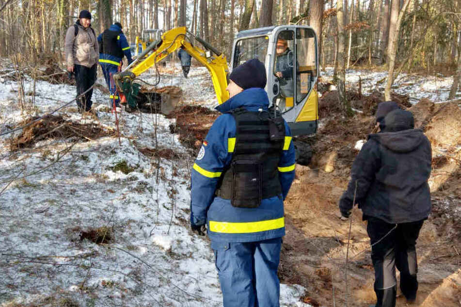 Mit einem Minibagger gräbt die Polizei in einem Waldstück bei Bergen an der Dumme nach dem vermissten Mädchen.