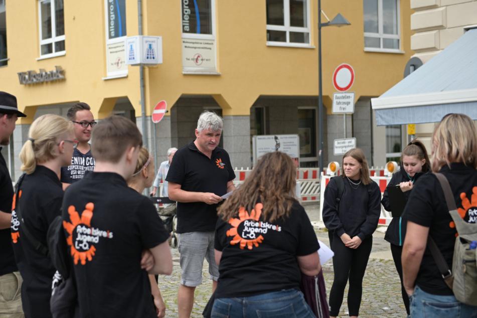 Ansprechpartner für die Limbach-Oberfrohnaer Jugend war Ronny Friedrich (M.). Er gab vor dem Großreinemachen ein kleines Briefing.