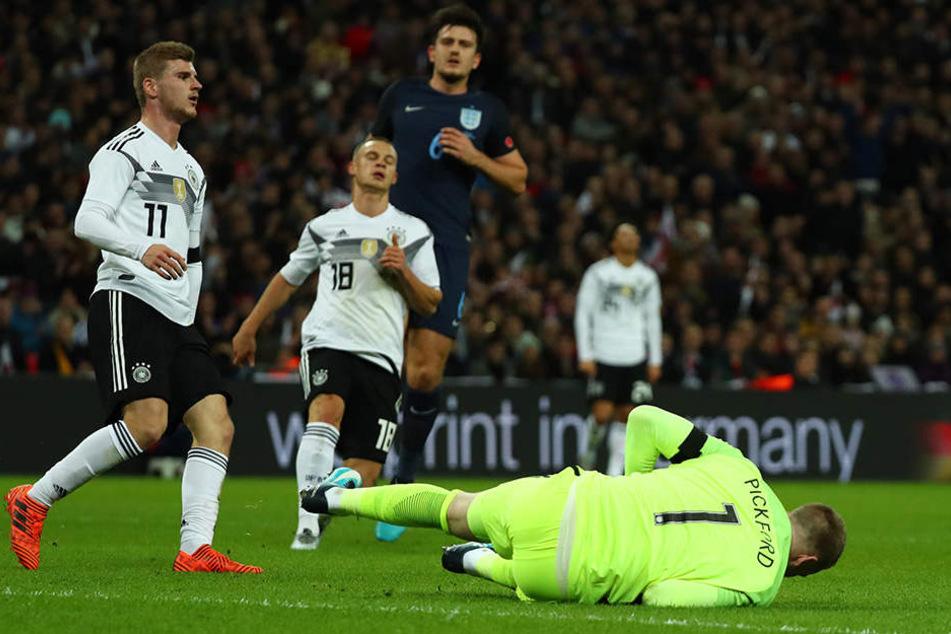 Auch Timo Werner und Joshua Kimmich (v.l.) bringen den Ball nicht im englischen Tor unter. Englands Torhüter Jordan Pickford packt zu.