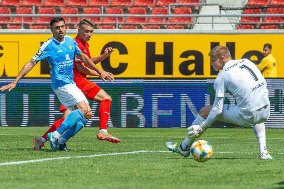 Keeper Jakub Jakubov hat hier gegen Halles Julian Guttau das Nachsehen, aber der Schuss geht zum Glück für den CFC am Tor vorbei.