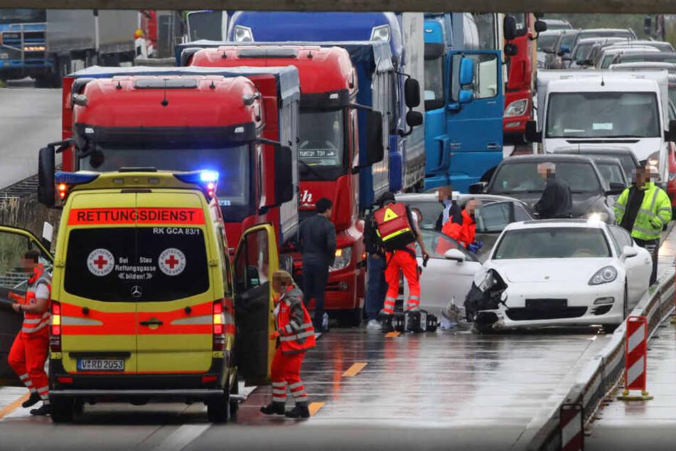 Bei dem ersten Unfall stieß ein Porsche-Fahrer mit einem LKW zusammen.