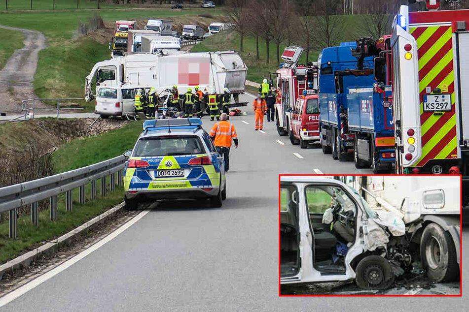 Vollsperrung! Transporter kracht in Laster: Zwei Verletzte