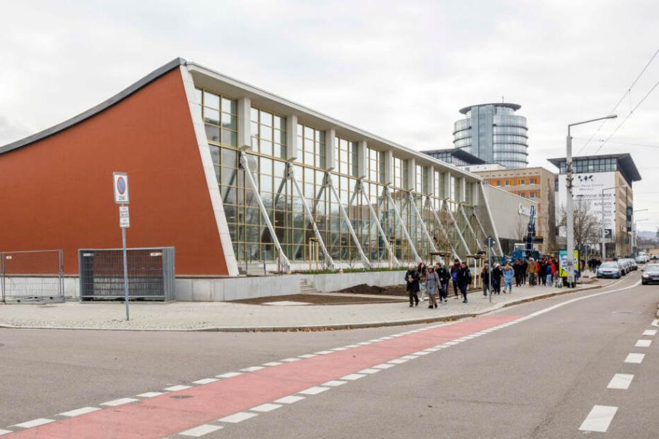 Der Schwimmsportkomplex von der Freiberger Straße aus gesehen.