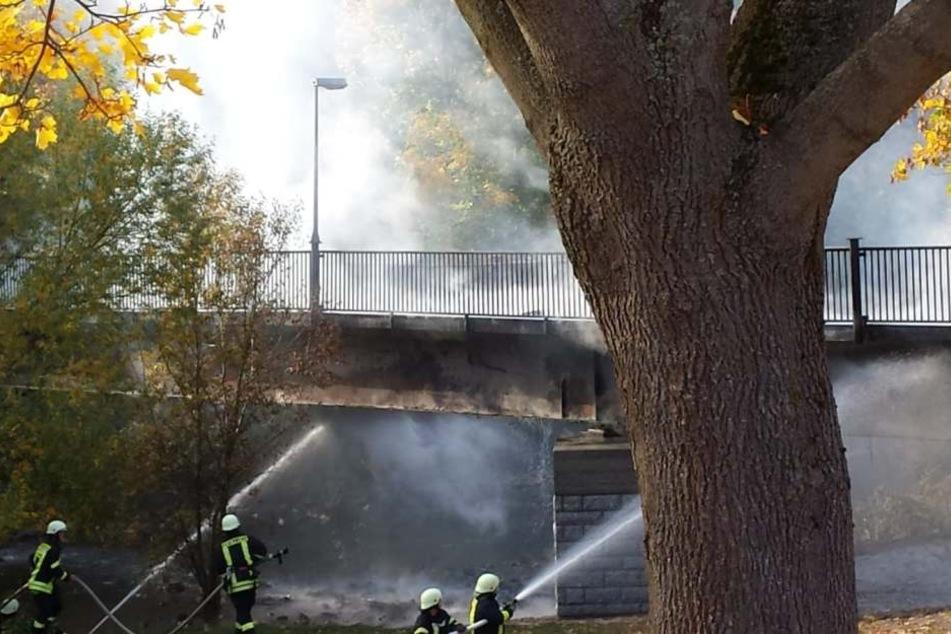 Die Brücke wurde durch das Feuer zerstört.