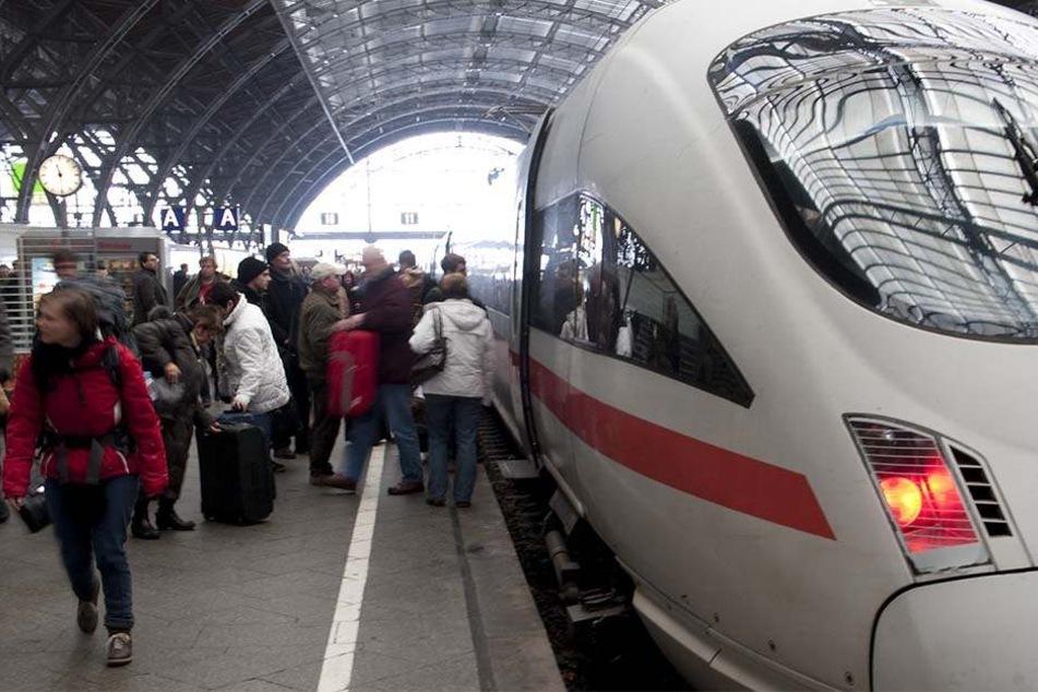 Rucksack-Dieb verletzt Bahnmitarbeiter und spuckt um sich