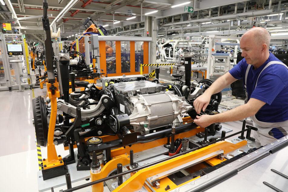 Ab Donnerstag soll die Fahrzeugproduktion im VW-Werk Zwickau wieder hochgefahren werden.