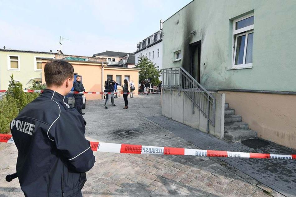 Die Spuren der Explosion waren am Tag nach dem Anschlag noch deutlich zu sehen. Polizei sicherte im September 2016 die Dresdner Moschee.