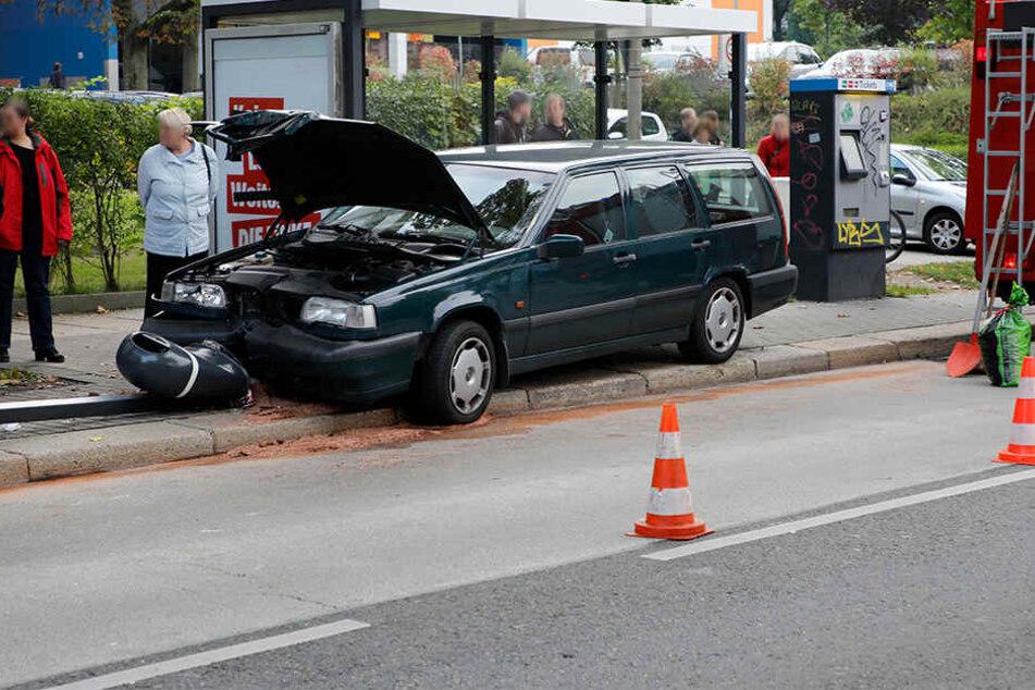 Auto abgedrängt? 31-Jähriger fährt in Haltestelle