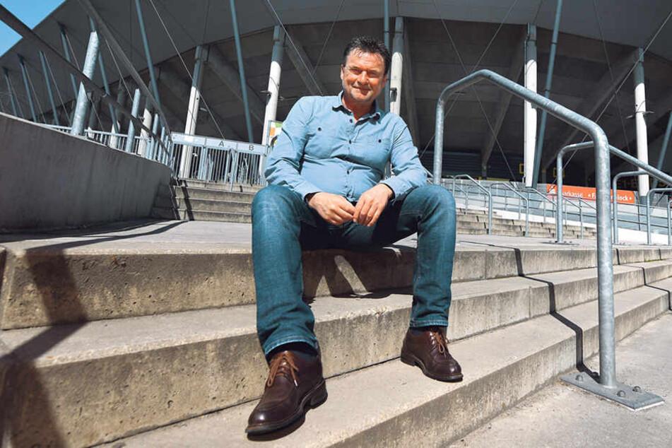 Frank Lippmann vorm DDV-Stadion - das Geschehen bei Dynamo verfolgt er weiter aufmerksam.