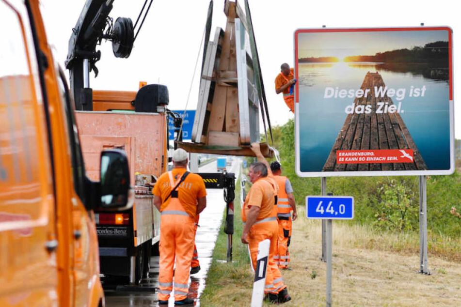 Fleißige Arbeiter tauschen an der A2 bei Ziesar das Schild aus.