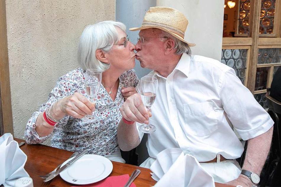 Dokumentarfilmer Ernst Hirsch (81) gab seiner Frau Cornelia zum Goldenen Hochzeitstag einen liebevollen Kuss.