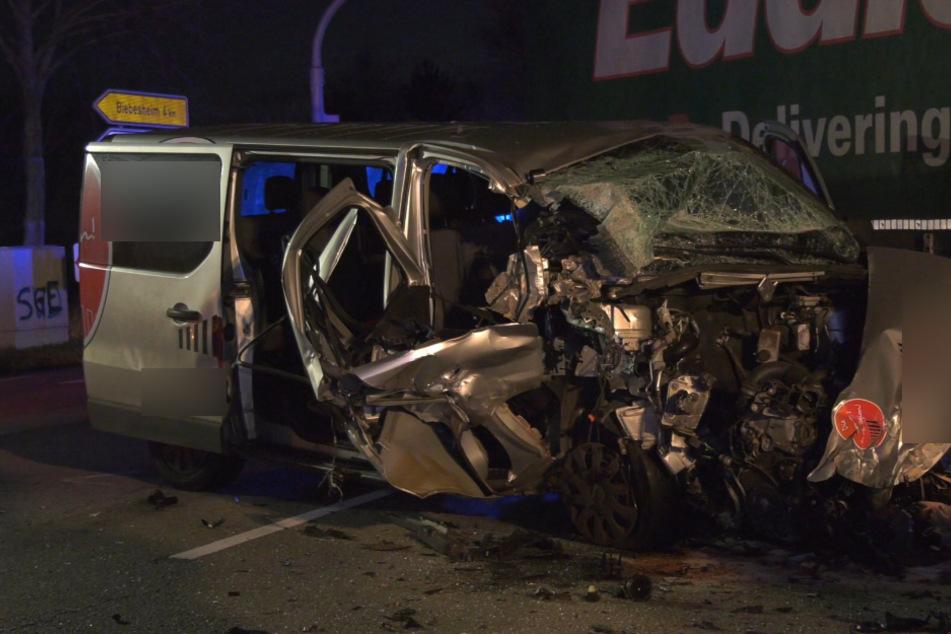 Schwerer Unfall bei Pfungstadt: Kleinbus mit drei Personen kracht in Laster