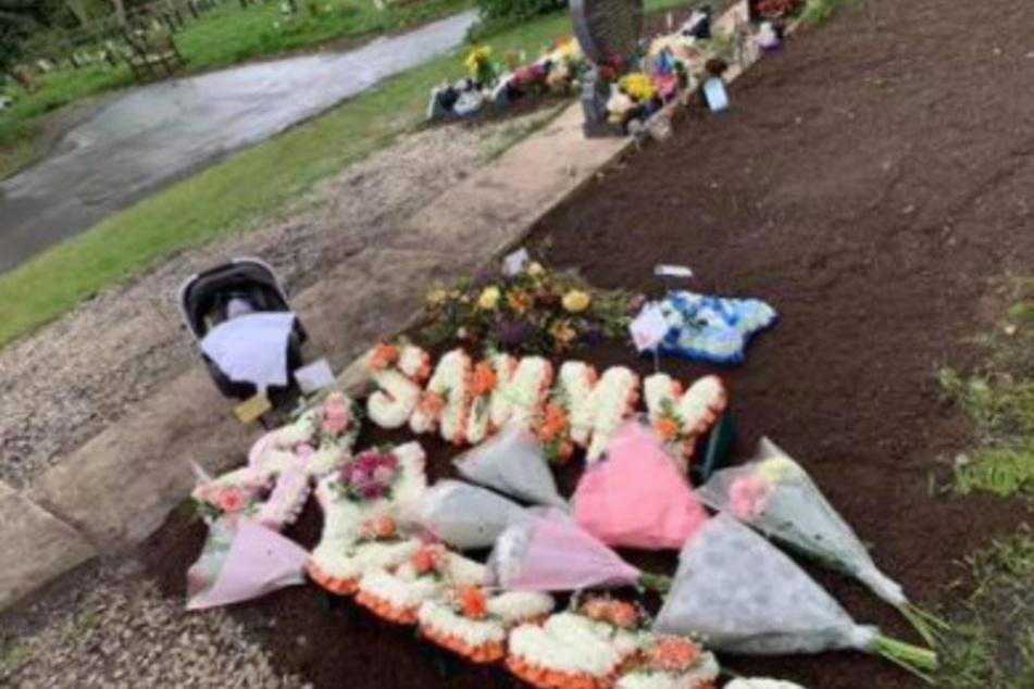Das Grab von Samantha (†21) auf einem Friedhof.