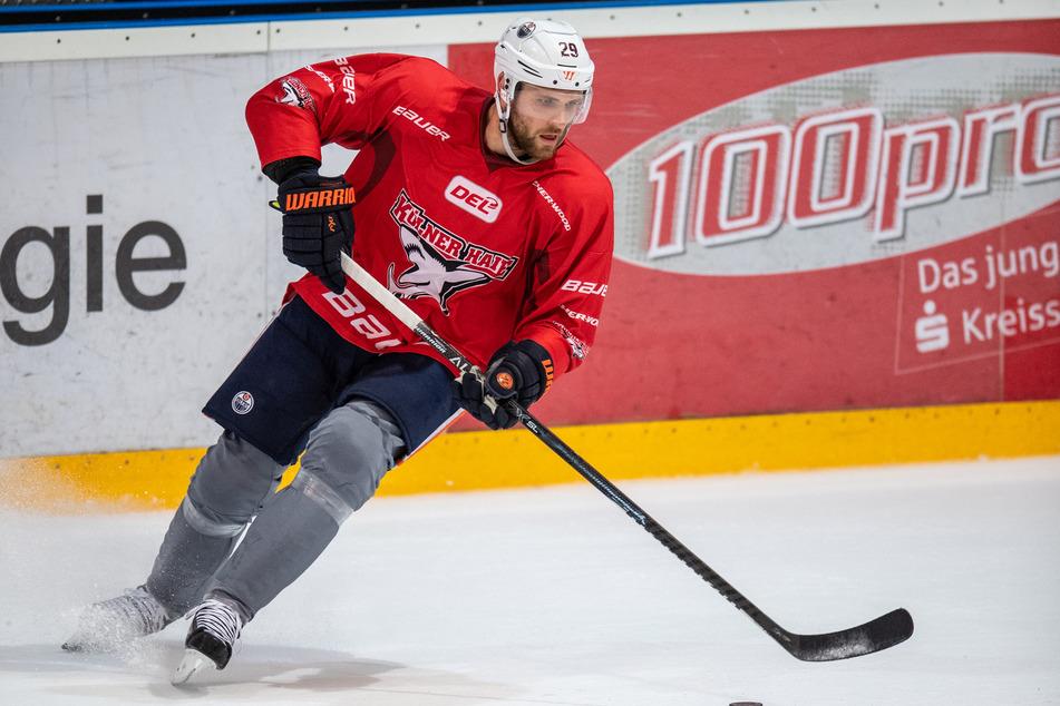 Bleibt abzuwarten, ob Lukas Podolski (35) bald genauso elegant über das Eis gleiten wird, wie KEC-Profi Leon Draisaitl (25).