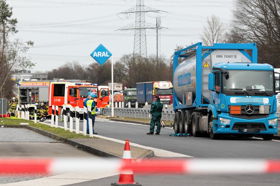 Gefahrgut-Laster mit Leck auf A3 bei Köln: Gefahr gebannt