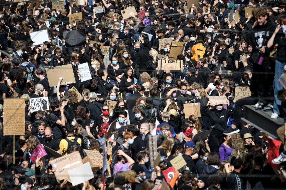 Teilnehmer bei einer Kundgebung am Alexanderplatz.