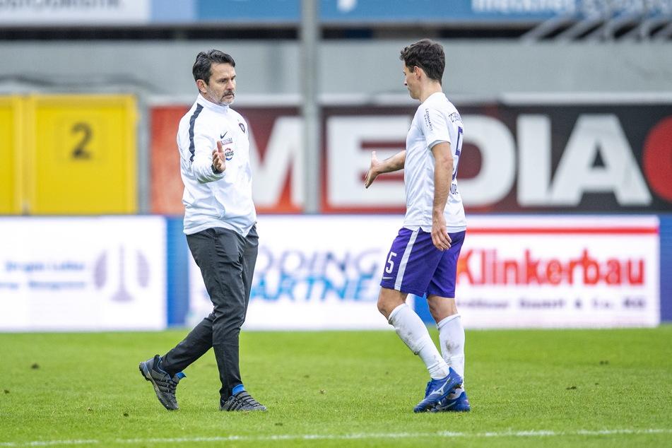FCE-Coach Dirk Schuster klatschte nach der Partie beim SCP mit seinen Spieler - hier Clemens Fandrich - ab.