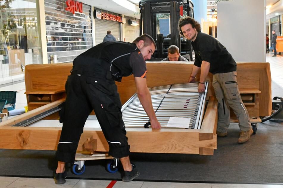 Steven Martin (22, r.) von Demmelhuber Holz und Raum in Schlegel beim Aufbau seines freischwebenden Bettes.