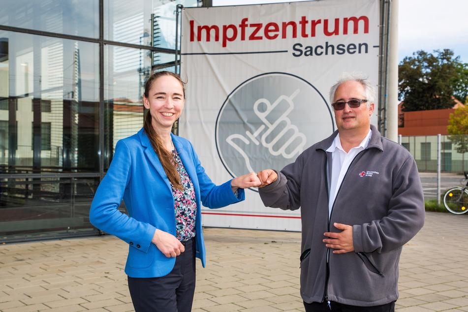 Gesundheitsbürgermeisterin Kristin Kaufmann (44, Linke) und der Leiter des DRK-Impfzentrums lobten die gegenseitige Zusammenarbeit.