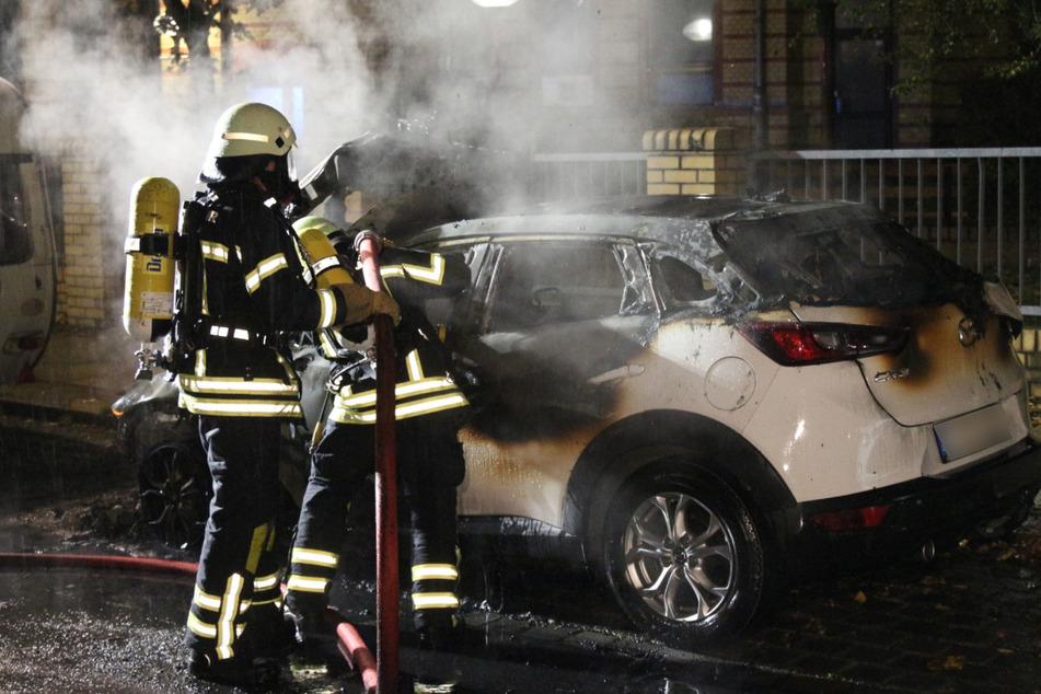 Das brennende Auto konnte von der Feuerwehr nicht mehr gerettet werden.