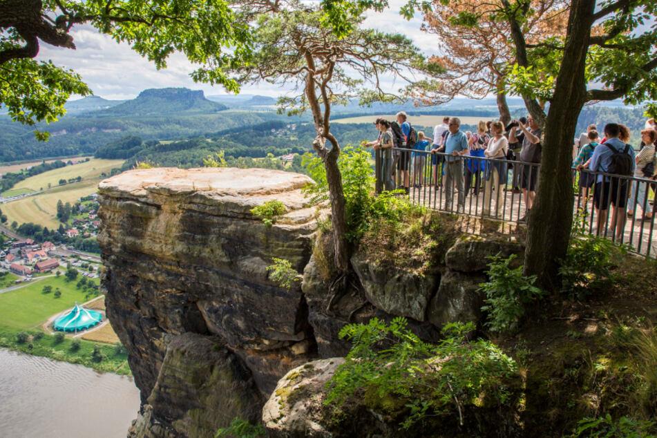 Schon lange ist der vordere Teil der Bastei-Aussicht gesperrt. Das Geländer wurde nach hinten versetzt, um die Touristen nicht zu gefährden.