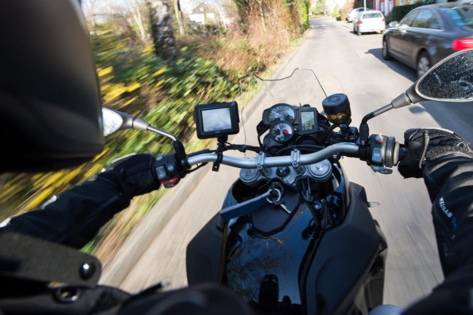Der Motorradfahrer war offenbar zu schnell unterwegs und geriet in den Gegenverkehr. (Symbolbild)